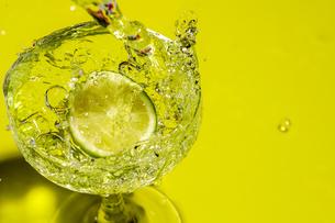 グラスの中のライムの写真素材 [FYI02995005]