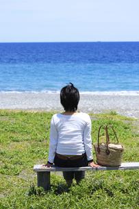 海岸から海を見る女性の写真素材 [FYI02995018]