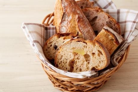 スライスされカゴに盛られたいろいろなパンの写真素材 [FYI02995082]