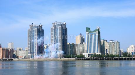 お祝いの爆竹が焚かれた丹東の街の写真素材 [FYI02995114]