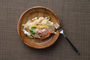 皿に盛ったデニッシュサラダの写真素材 [FYI02995204]