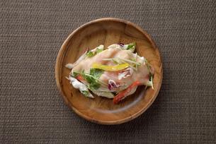 皿に盛ったデニッシュサラダの写真素材 [FYI02995207]