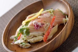 皿に盛ったデニッシュサラダの写真素材 [FYI02995209]