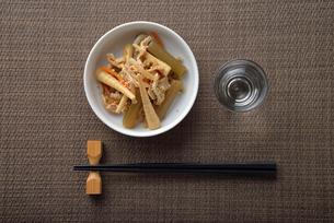 ふきの煮物と日本酒の写真素材 [FYI02995232]