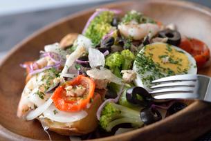 皿に盛ったサラダの写真素材 [FYI02995239]
