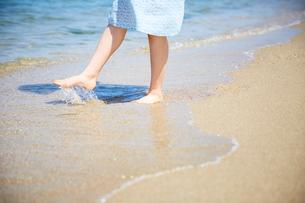波打ち際で遊ぶ女性の足元の写真素材 [FYI02995244]