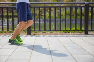 ジョギングをする男性の下半身の写真素材 [FYI02995262]