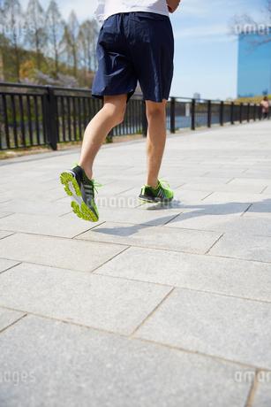 ジョギングをする男性の下半身の写真素材 [FYI02995263]