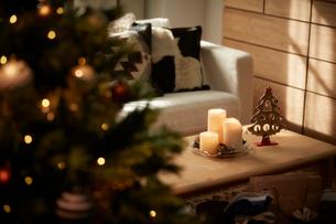 クリスマスツリーのあるリビングの写真素材 [FYI02995271]
