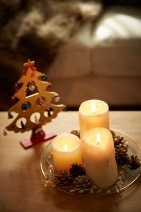 火が灯された3つのキャンドルとクリスマス飾りの写真素材 [FYI02995273]