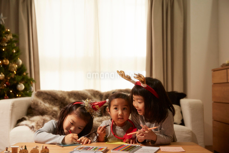 サンタクロースに手紙を書く3姉妹の写真素材 [FYI02995284]