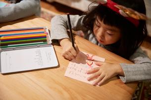サンタクロースに手紙を書く女の子の写真素材 [FYI02995285]