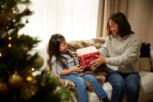 クリスマスプレゼントを貰う女の子の写真素材 [FYI02995294]