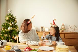 クリスマスケーキを作っている親子の写真素材 [FYI02995297]