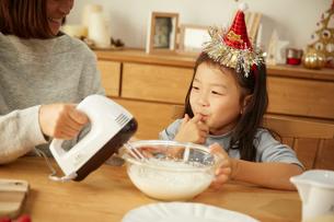クリスマスケーキを作っている親子の写真素材 [FYI02995298]