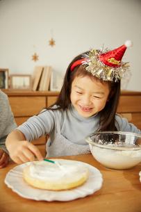 クリスマスケーキを作っている親子の写真素材 [FYI02995299]