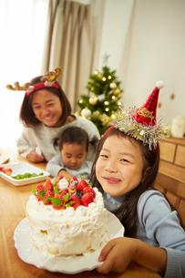 クリスマスケーキが完成して喜ぶ親子の写真素材 [FYI02995303]