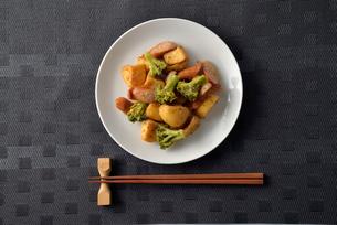 ジャガイモとウインナーの炒め物の写真素材 [FYI02995310]