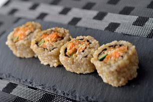 皿に盛った巻き寿司の写真素材 [FYI02995317]