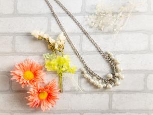 パールのネックレスと花の写真素材 [FYI02995375]