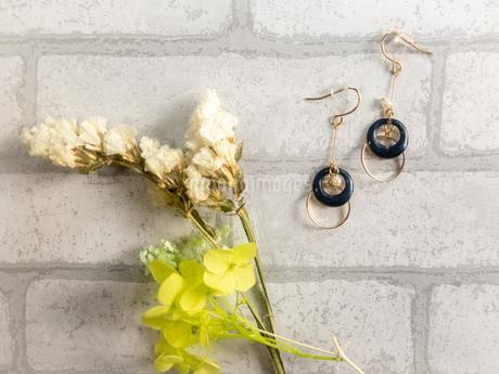ピアスと花の写真素材 [FYI02995381]