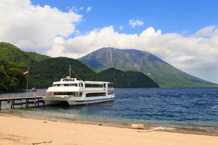 中禅寺湖の千手ヶ浜の写真素材 [FYI02995431]