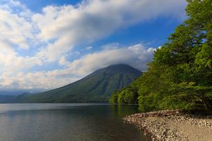 中禅寺湖と男体山の写真素材 [FYI02995438]