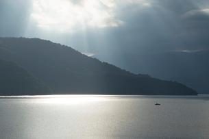 夕方の中禅寺湖の写真素材 [FYI02995445]