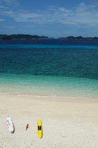 エメラルドグリーンの海と白い砂浜にライフセービングのボードの写真素材 [FYI02995596]