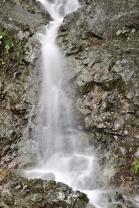 大雨で現れた滝の写真素材 [FYI02995602]