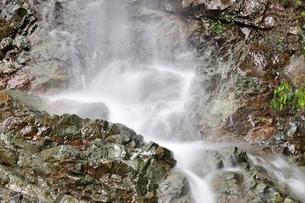 大雨で現れた滝の写真素材 [FYI02995606]