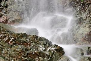 大雨で現れた滝の写真素材 [FYI02995607]