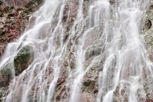 大雨で森にできた滝の写真素材 [FYI02995616]