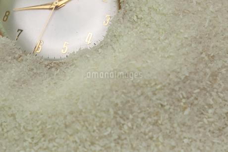 砂に埋もれる懐中時計の写真素材 [FYI02995773]