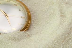 砂に埋もれる懐中時計の写真素材 [FYI02995774]
