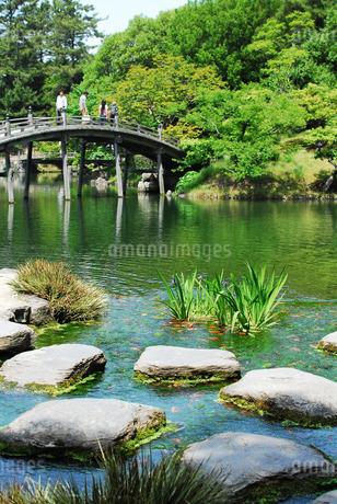 栗林公園の吹上から南湖に架かる偃月橋(えんげつきょう)の写真素材 [FYI02995778]
