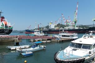 波止浜港と造船所の写真素材 [FYI02995906]
