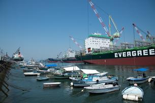 波止浜港 ドックと釣り船の写真素材 [FYI02995907]