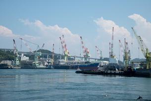 来島海峡と 造船所の写真素材 [FYI02995908]