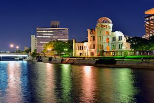 ライトアップされた原爆ドームとおりづるタワーの写真素材 [FYI02995936]