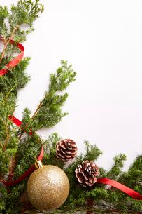 白い背景に置いたクリスマスの装飾の写真素材 [FYI02996048]