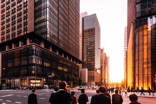 夕暮れの東京千代田区大手町の写真素材 [FYI02996061]