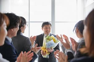 上司の退職祝いをする社員の写真素材 [FYI02996150]