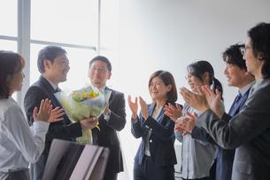 上司の退職祝いをする社員の写真素材 [FYI02996154]