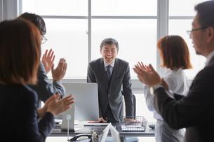 社員からの退職祝いを受け感激する上司の写真素材 [FYI02996156]