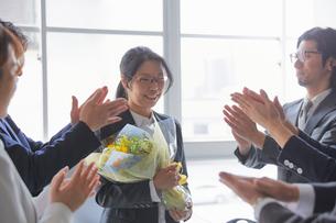 上司の退職祝いをする社員の写真素材 [FYI02996162]