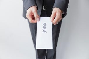 退職届けを提出する男性社員の手元の写真素材 [FYI02996167]