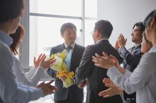 上司の退職祝いをして固い握手をする社員の写真素材 [FYI02996175]