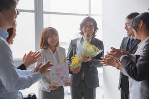社内結婚での寿退社を祝う社員の写真素材 [FYI02996177]