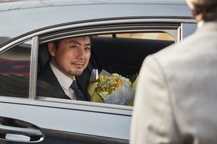 退職祝いを受け車で送迎される上司と見送る社員の写真素材 [FYI02996184]